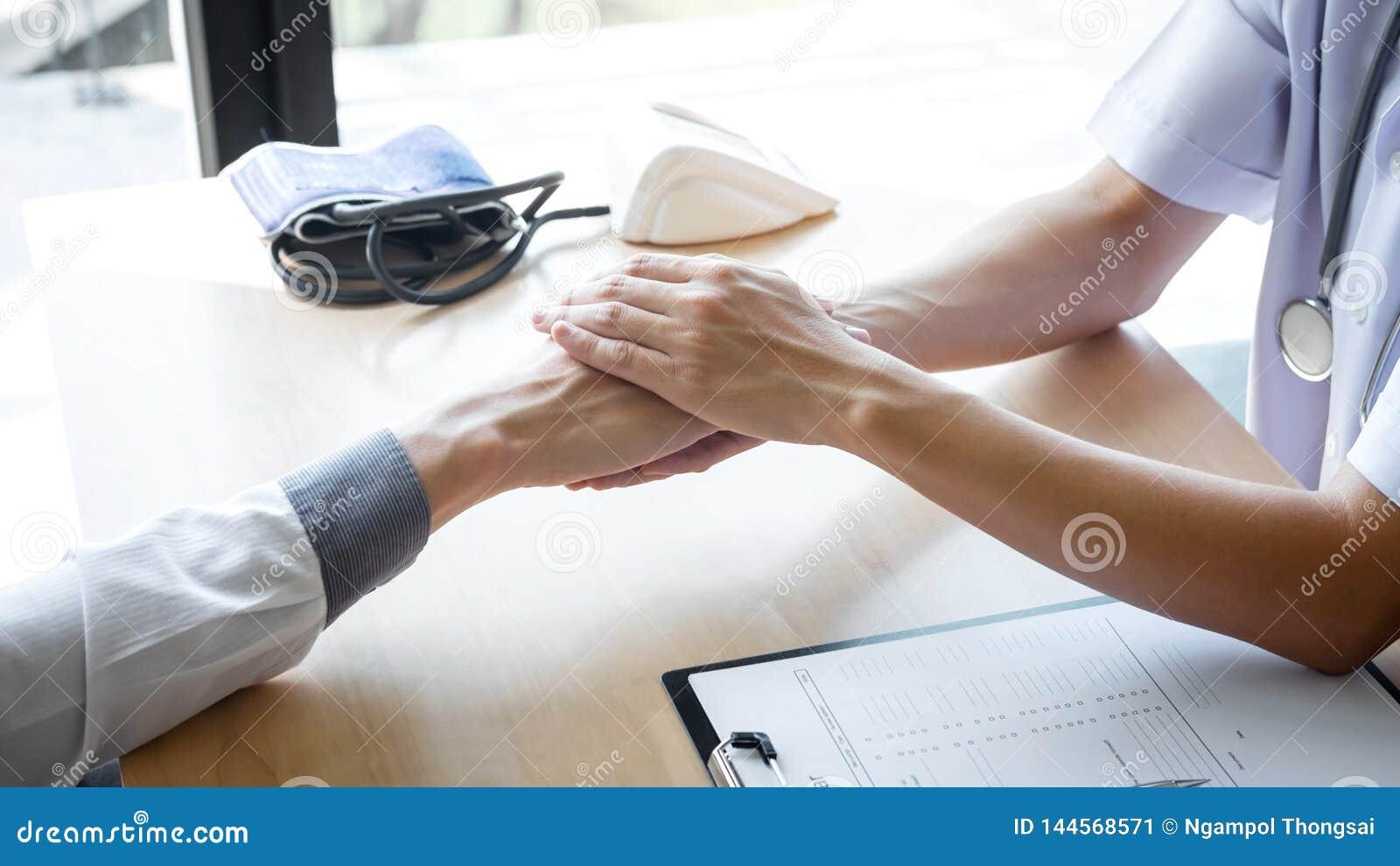 Imagen del doctor que lleva a cabo la mano del paciente para animar, hablando con animar y ayuda pacientes