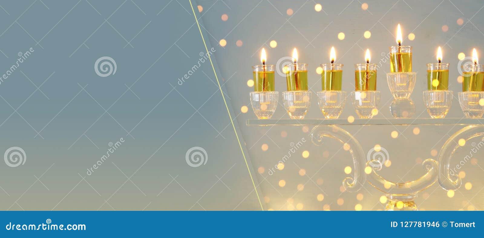 Imagen del fondo judío de Jánuca del día de fiesta con el menorah cristalino y x28; candelabra& tradicional x29; y velas