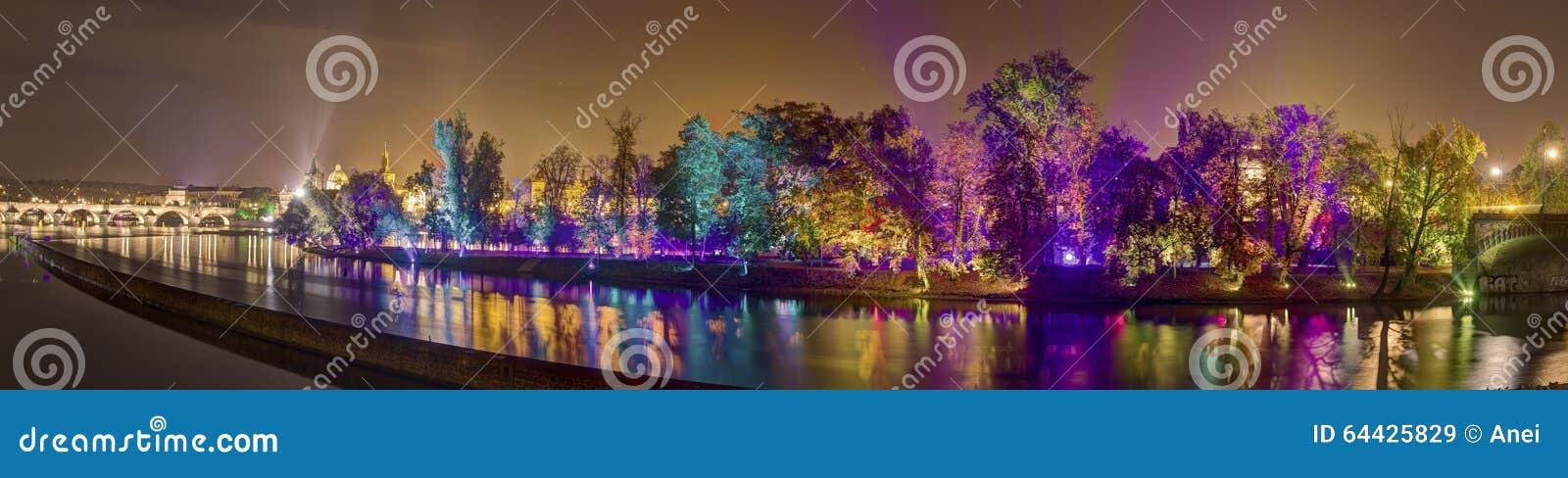 Imagen del panorama de HDR de la instalación mágica del jardín por el amo finlandés de los efectos luminosos móviles Kari Kola en