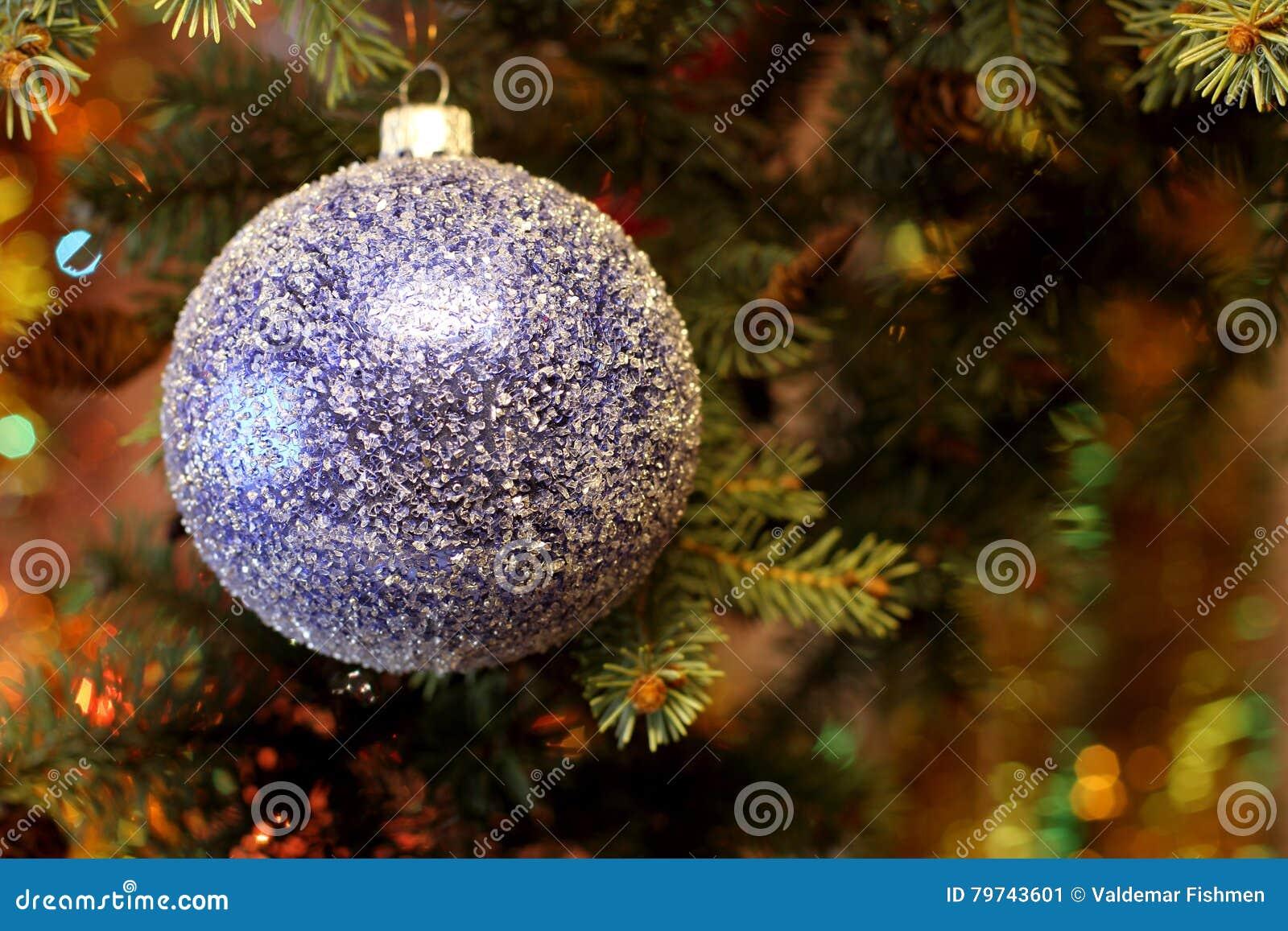 Imagen hermosa de la Navidad con el árbol de navidad y la bola