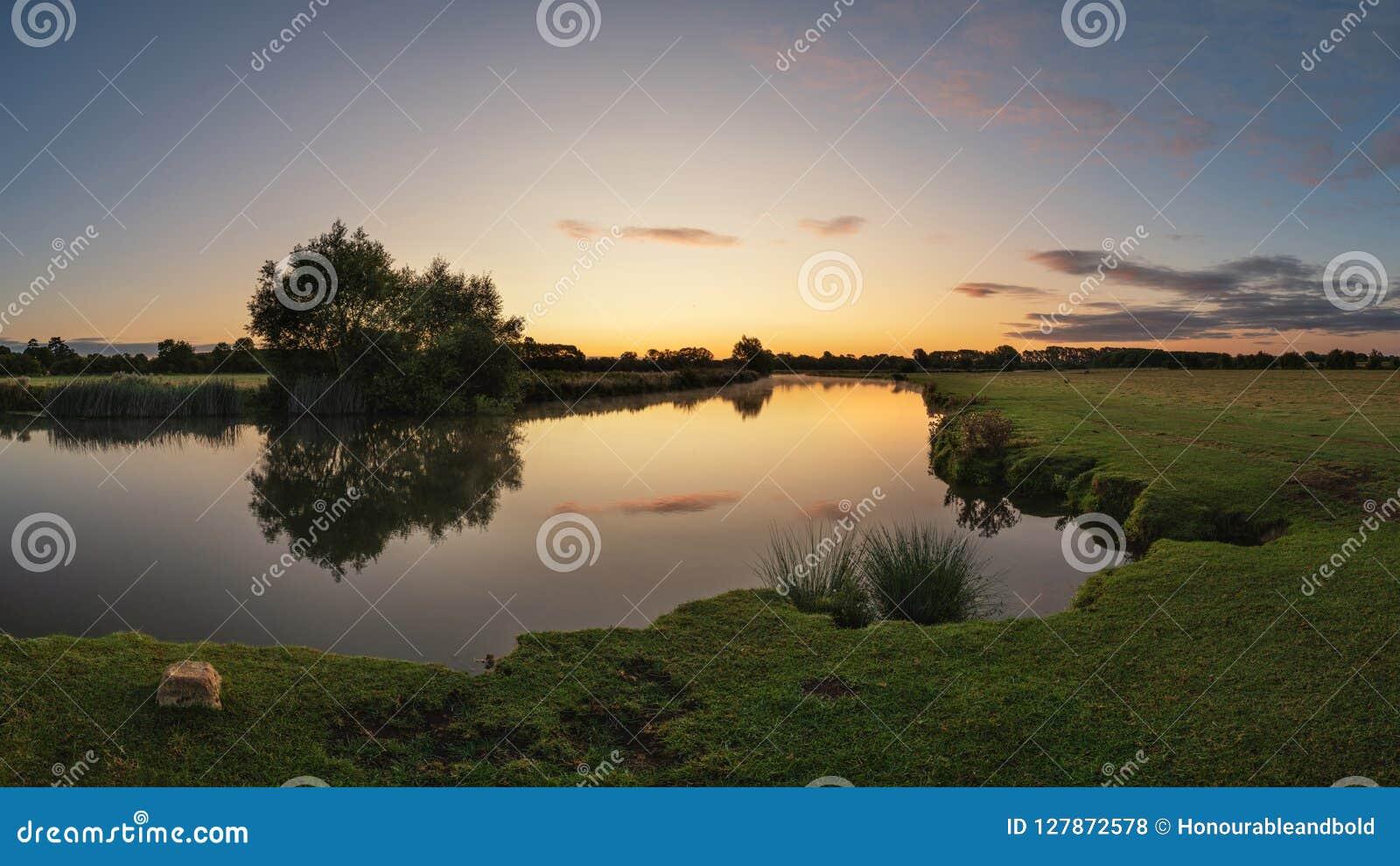 Imagen hermosa del paisaje del amanecer del río Támesis en el Lechlade-en-Támesis