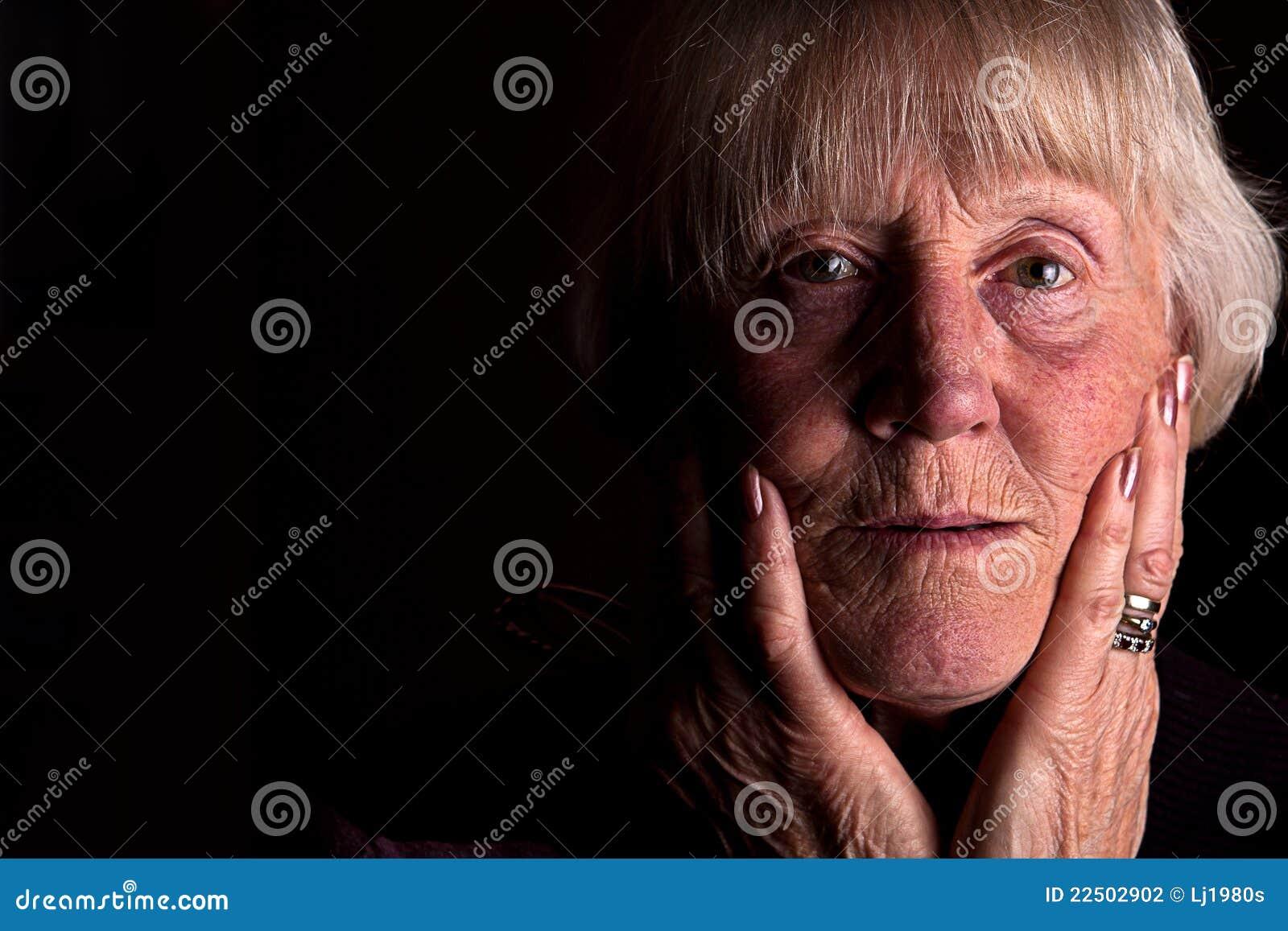 Imagen oscura de gran alcance de una mujer mayor