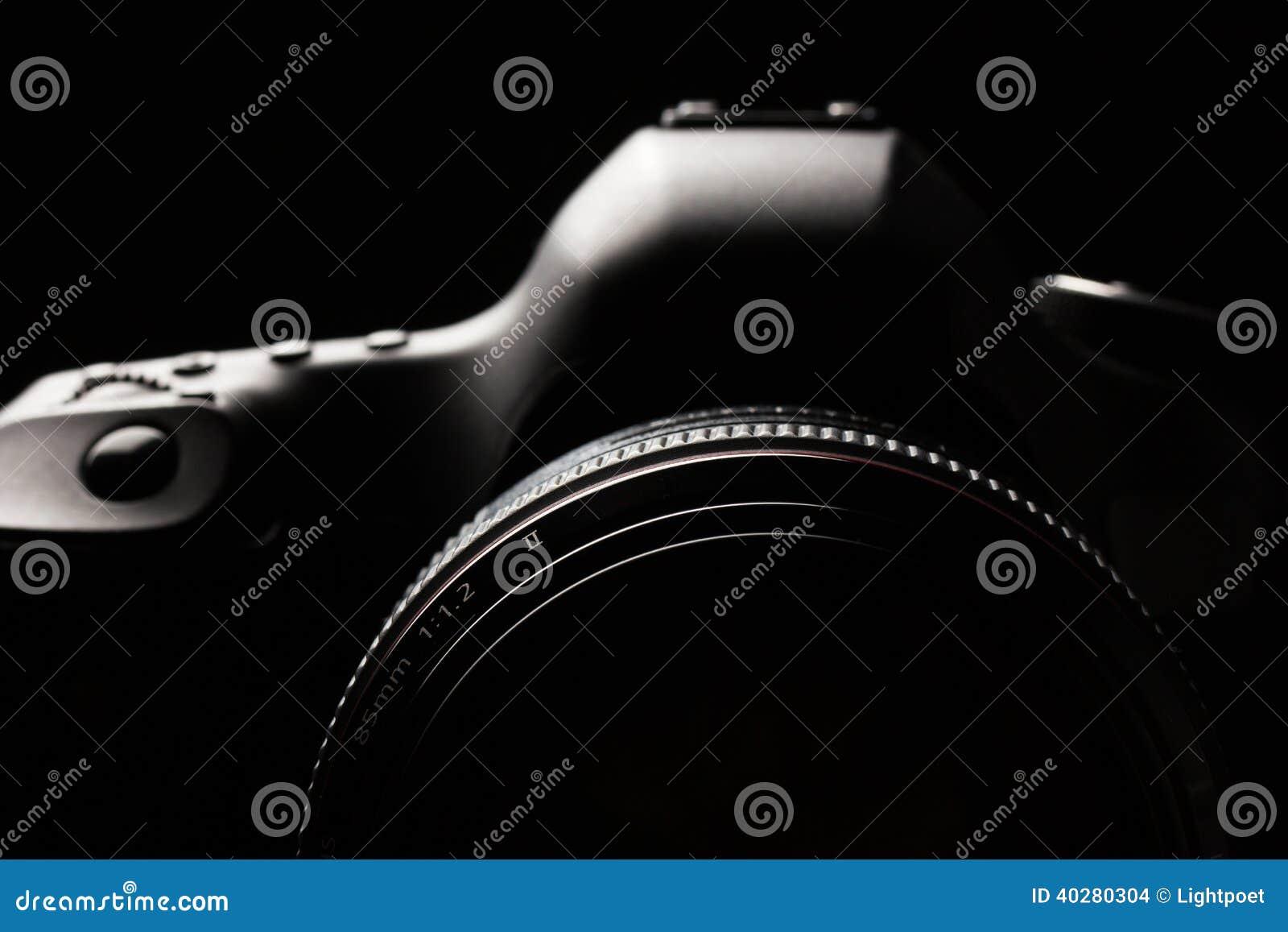 Imagen oscura de la cámara moderna profesional de DSLR