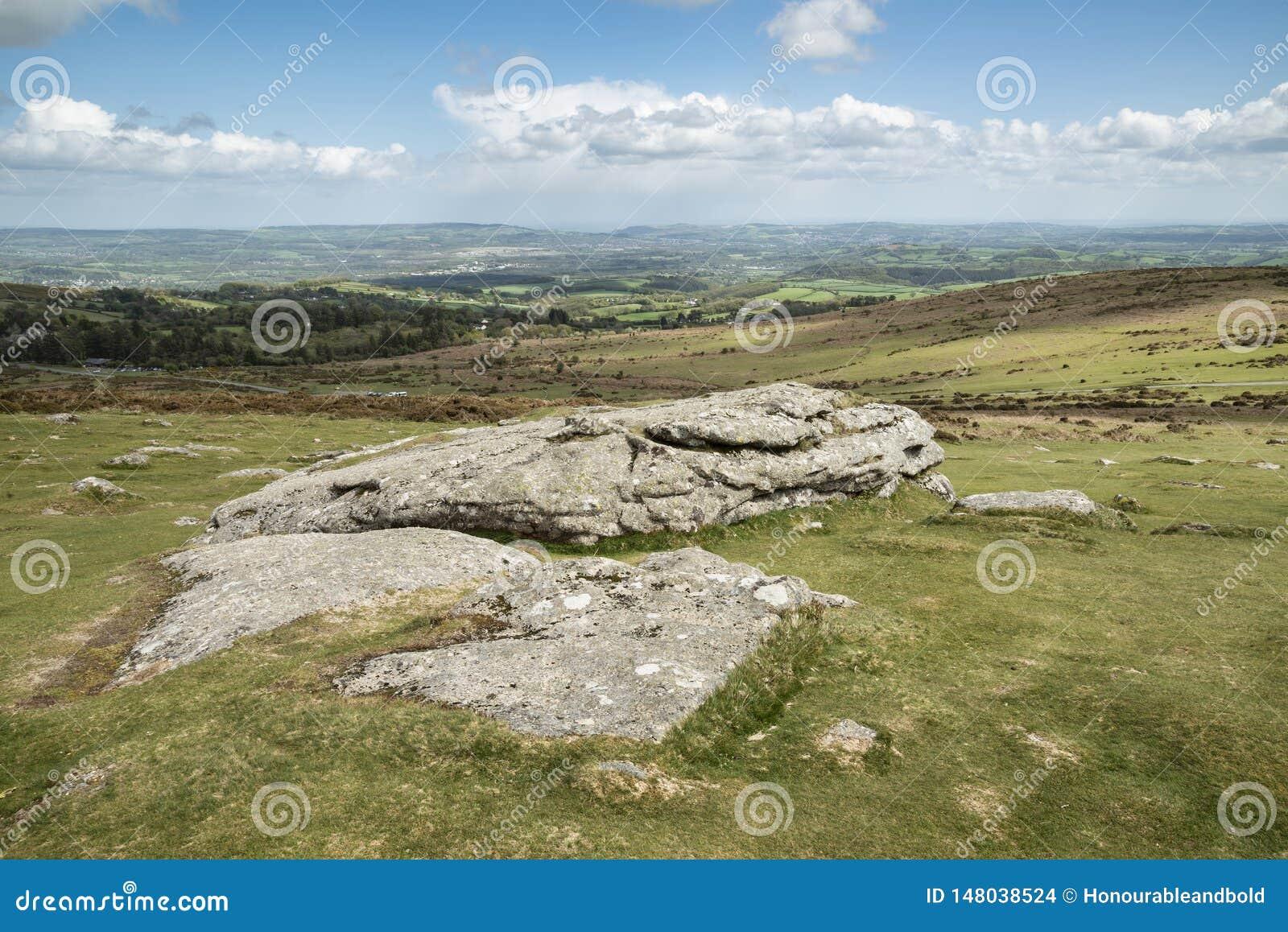 Imagen preciosa del paisaje de la primavera de la visi?n desde Haytor en el parque nacional de Dartmoor en Devon England en d?a d