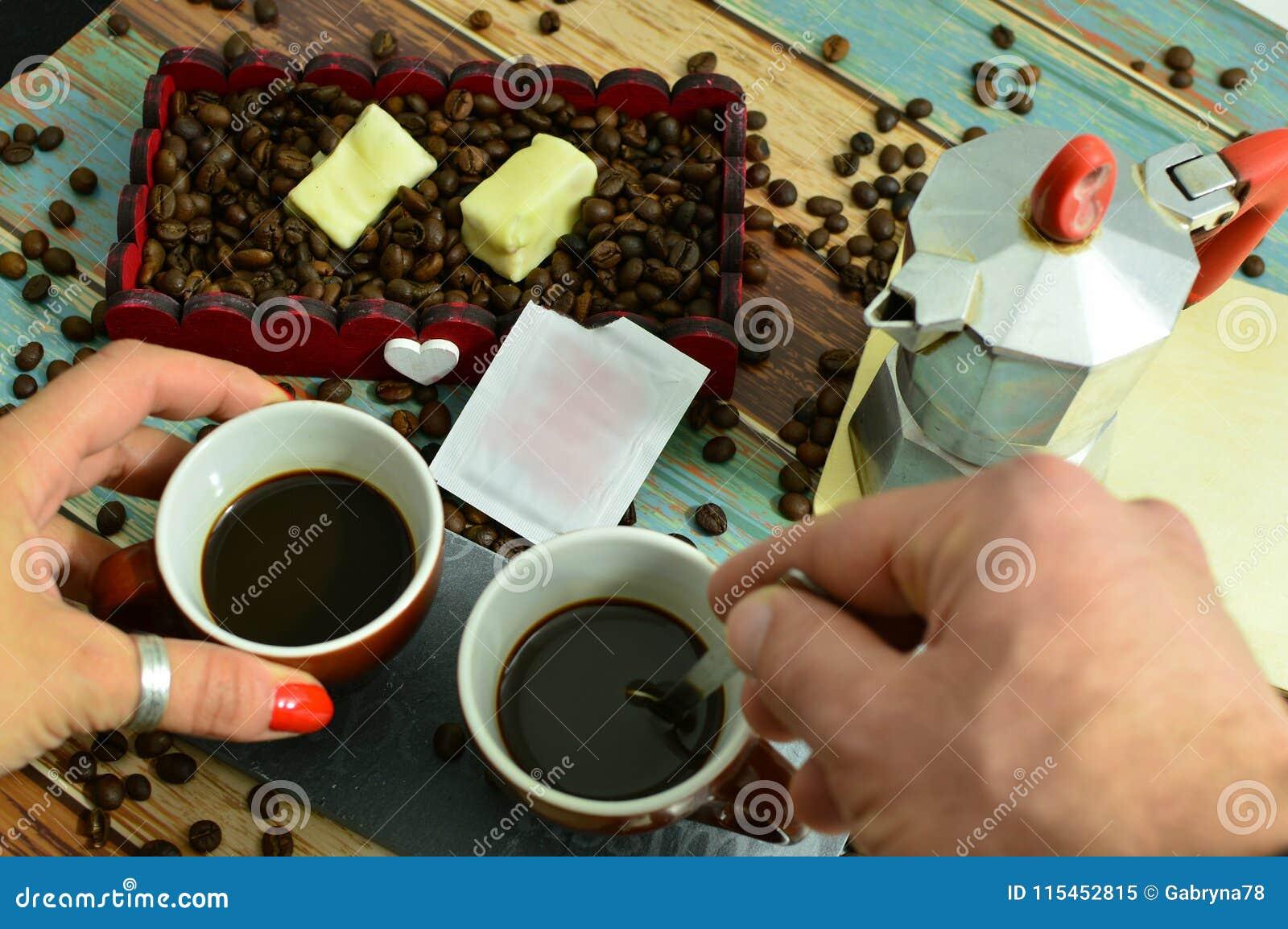 Imagen romántica de un café compartido con amor
