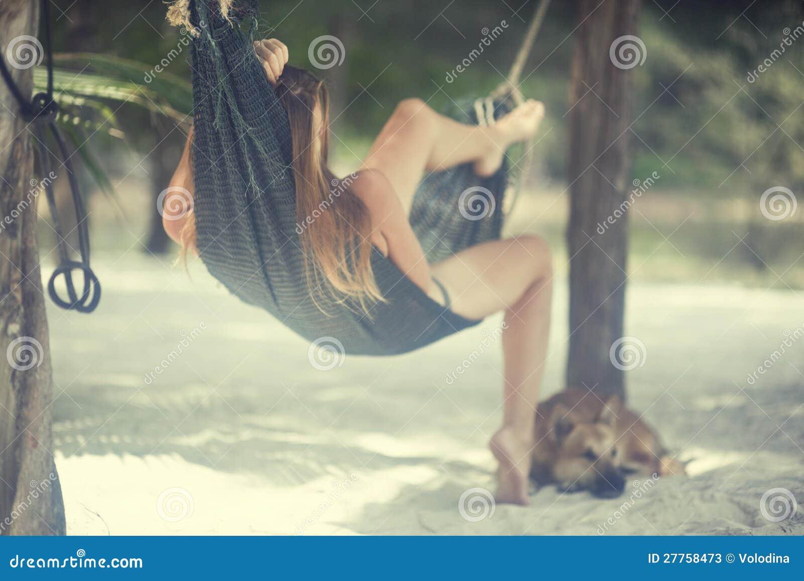 Imagen romántica de una muchacha en la isla
