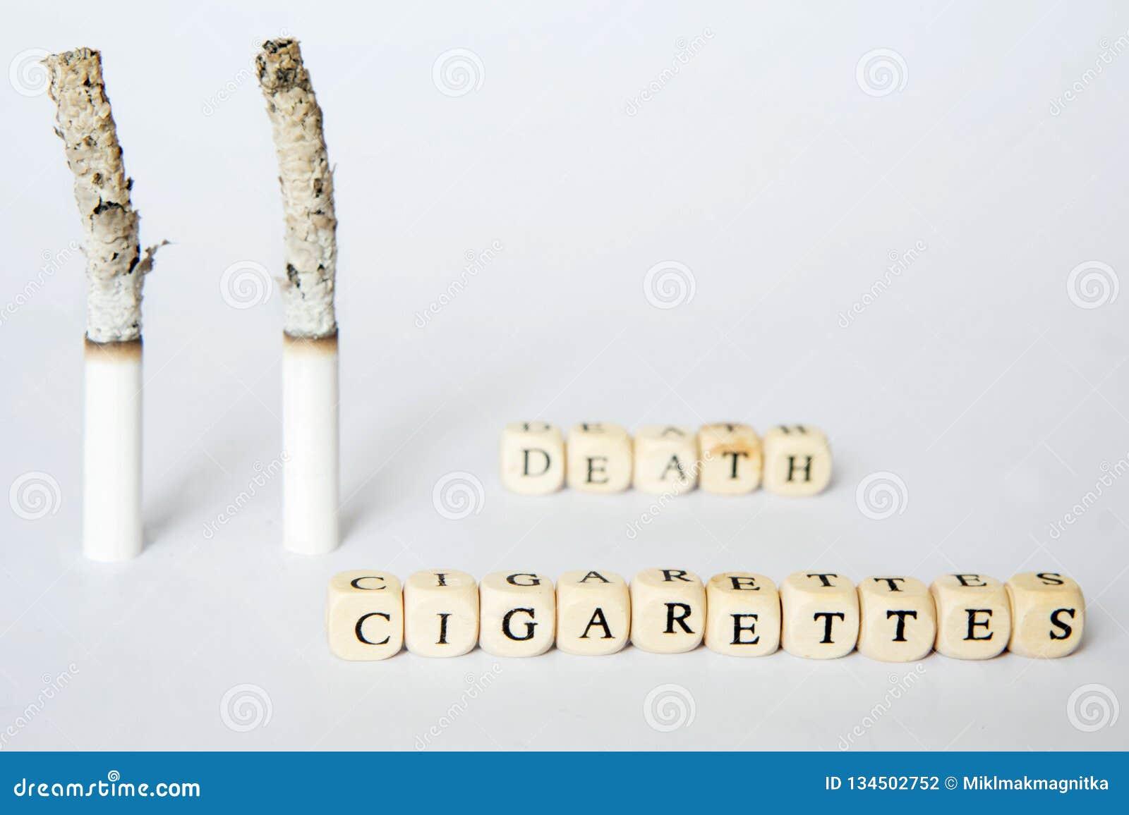 Imagen simbólica de la muerte debido al tabaquismo Inscripciones sobre los cigarrillos y muerte