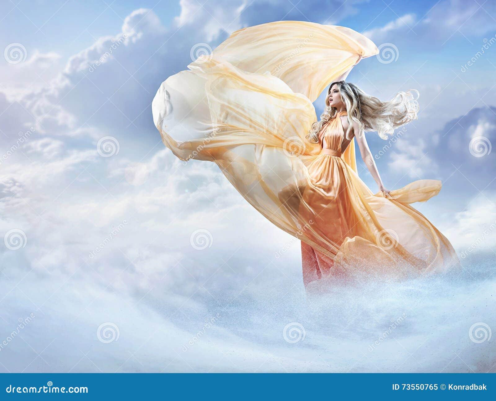 Imagen soñadora de una señora joven hermosa en las nubes