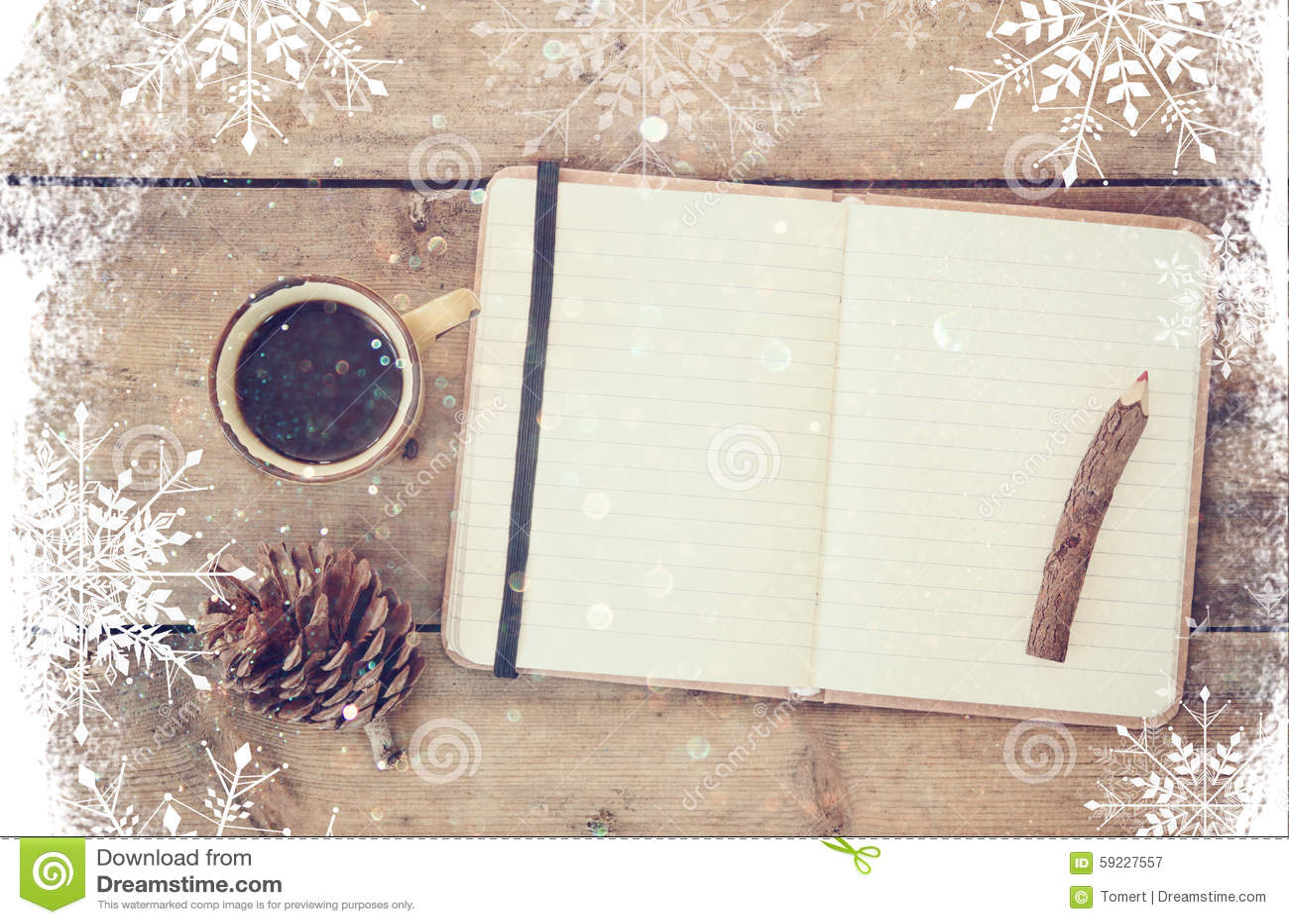Imagen superior del cuaderno abierto con las páginas en blanco, al lado de conos del pino y de la taza de café sobre la tabla de