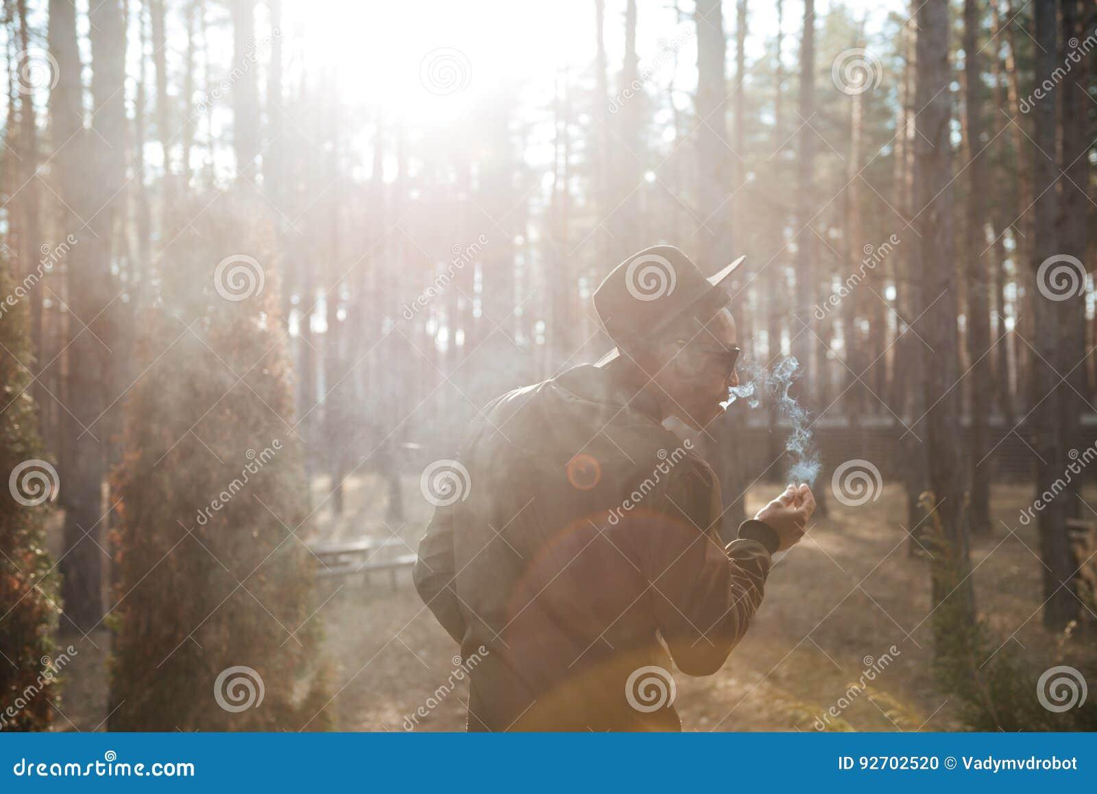 Imagen trasera de la visión del hombre africano que se coloca al aire libre