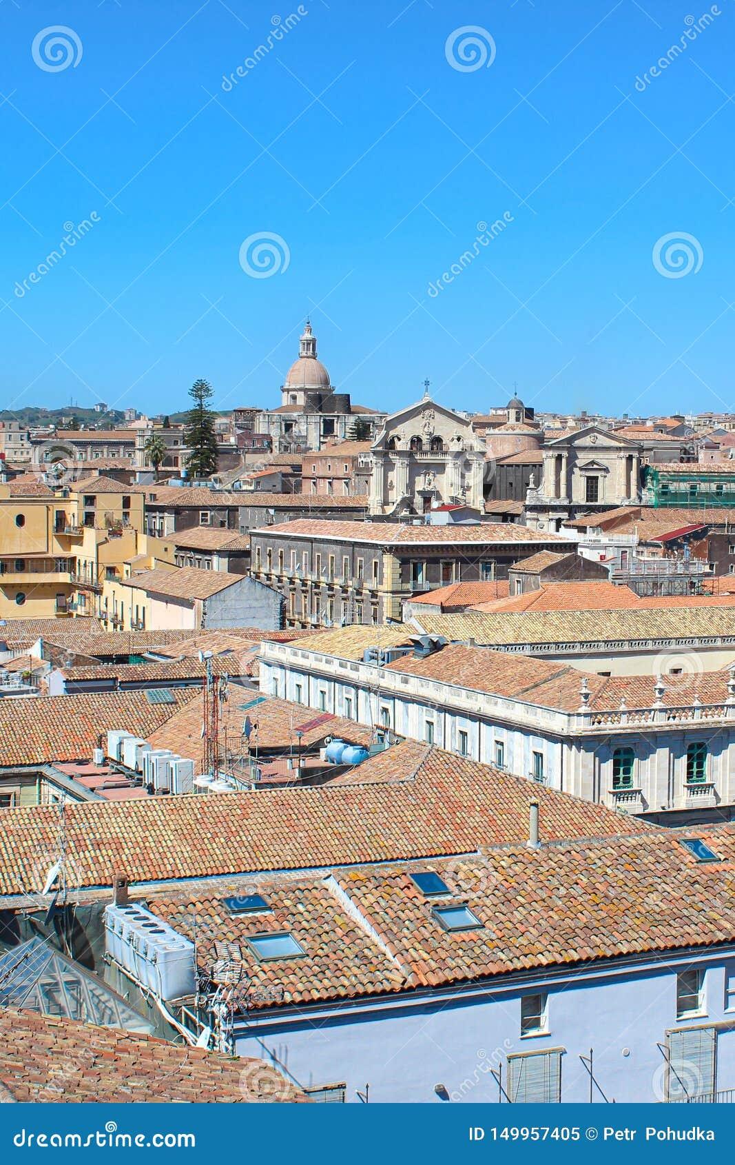 Imagen vertical que captura desde arriba del centro histórico de Catania, Sicilia, Italia El dominante de la ciudad hermosa