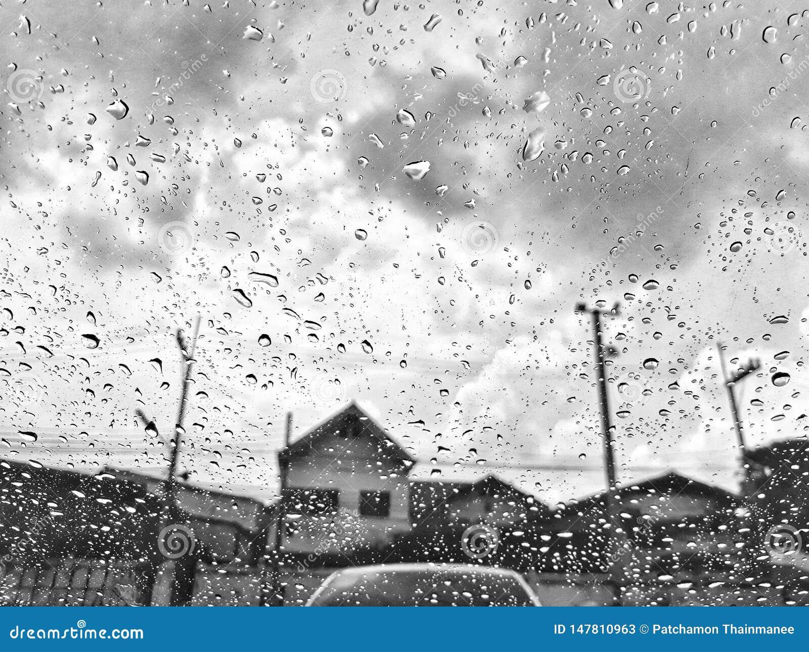 Imagens preto e branco, céu nublado, atmosfera chuvosa, assustador, estação das chuvas