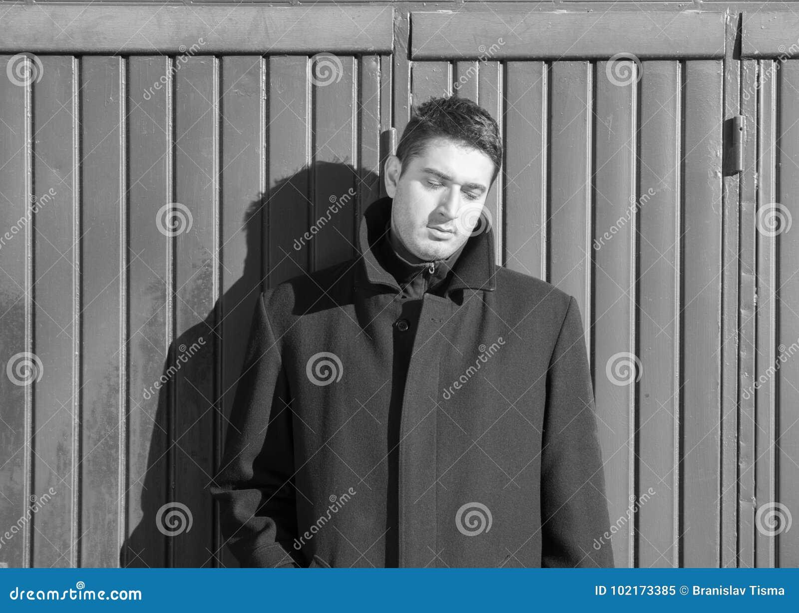 Imahe preto e branco de homem deprimido