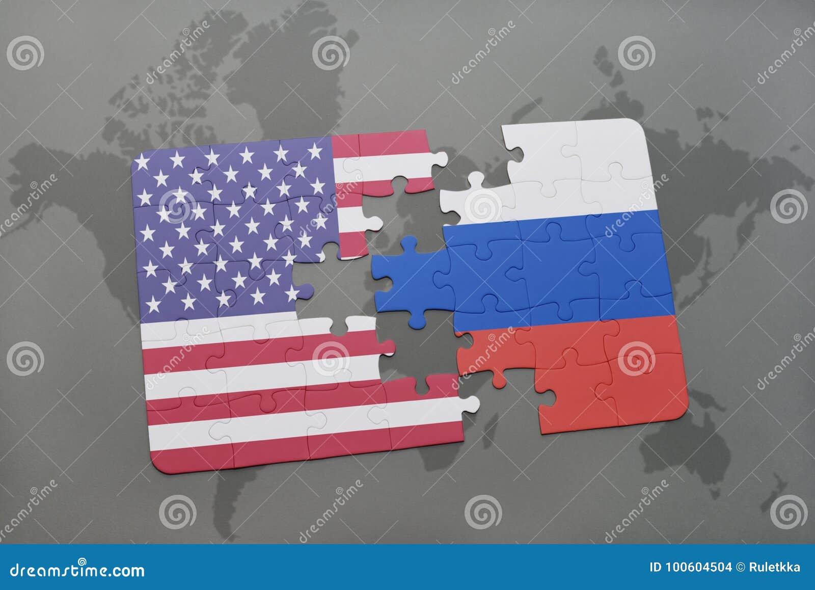 Imbarazzi con la bandiera nazionale degli Stati Uniti d America e della Russia su un fondo della mappa di mondo