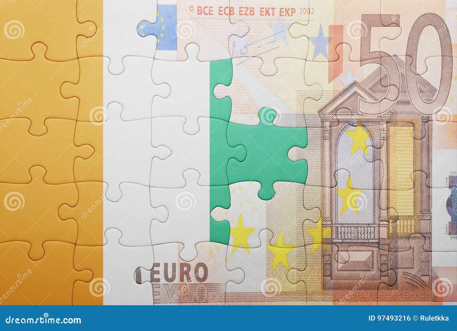 Imbarazzi con la bandiera nazionale del divoire del riparo e della banconota dell euro