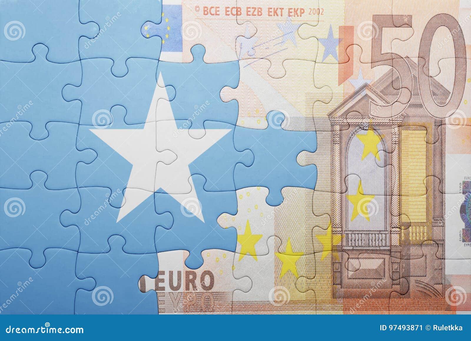 Imbarazzi con la bandiera nazionale della Somalia e di euro banconota