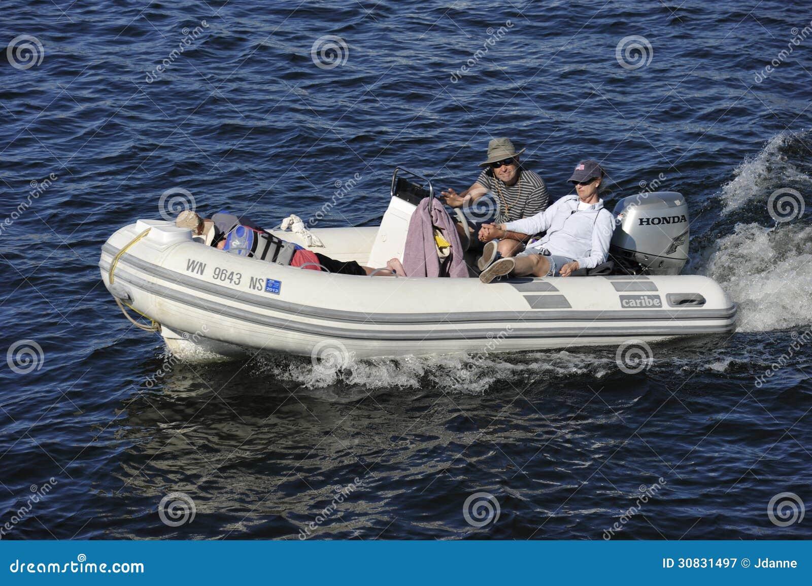 Imbarcazione a motore di gomma