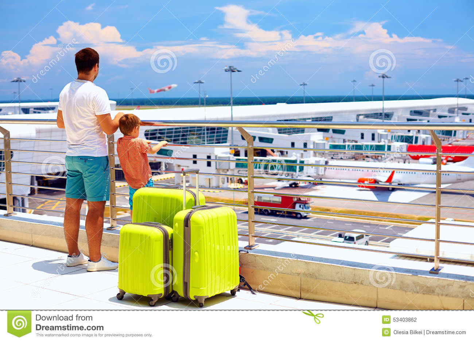 Imbarco aspettante nell aeroporto internazionale, vacanze estive della famiglia