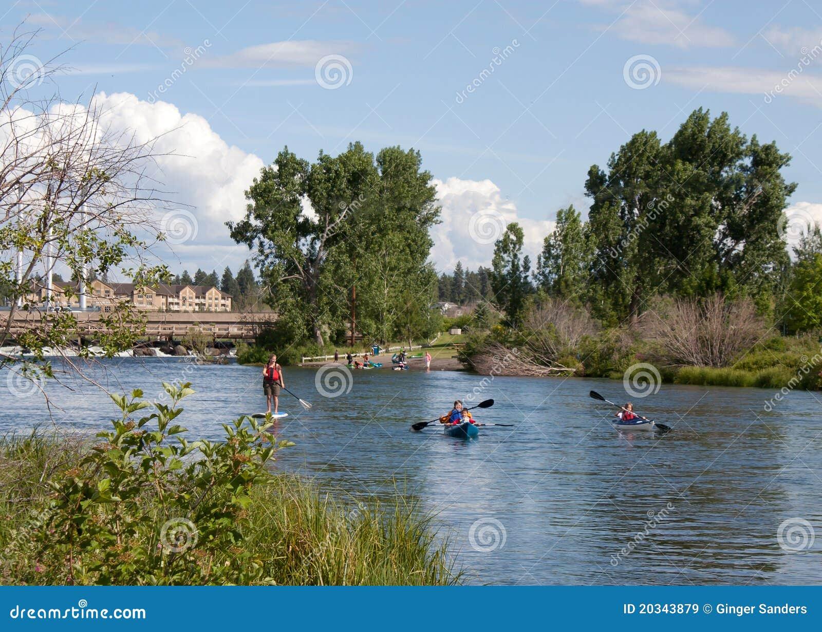 Imbarco della pala della famiglia e Canoeing nel fiume