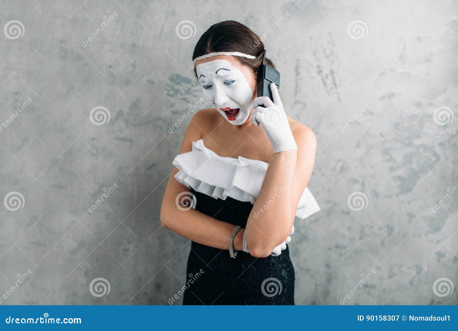 Imite a la actriz que se realiza con el teléfono móvil