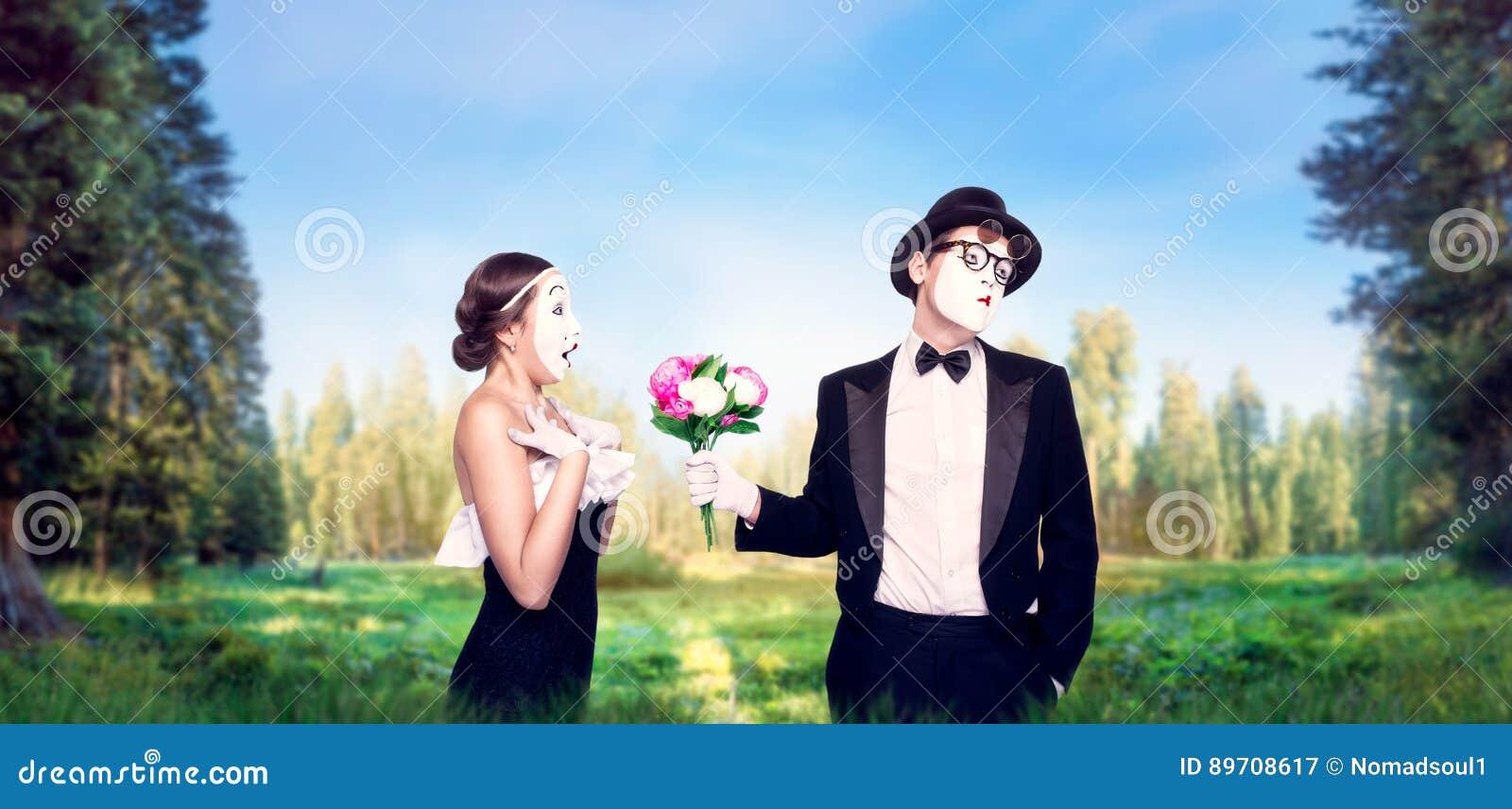 Imite a los actores que se realizan con el ramo de la flor
