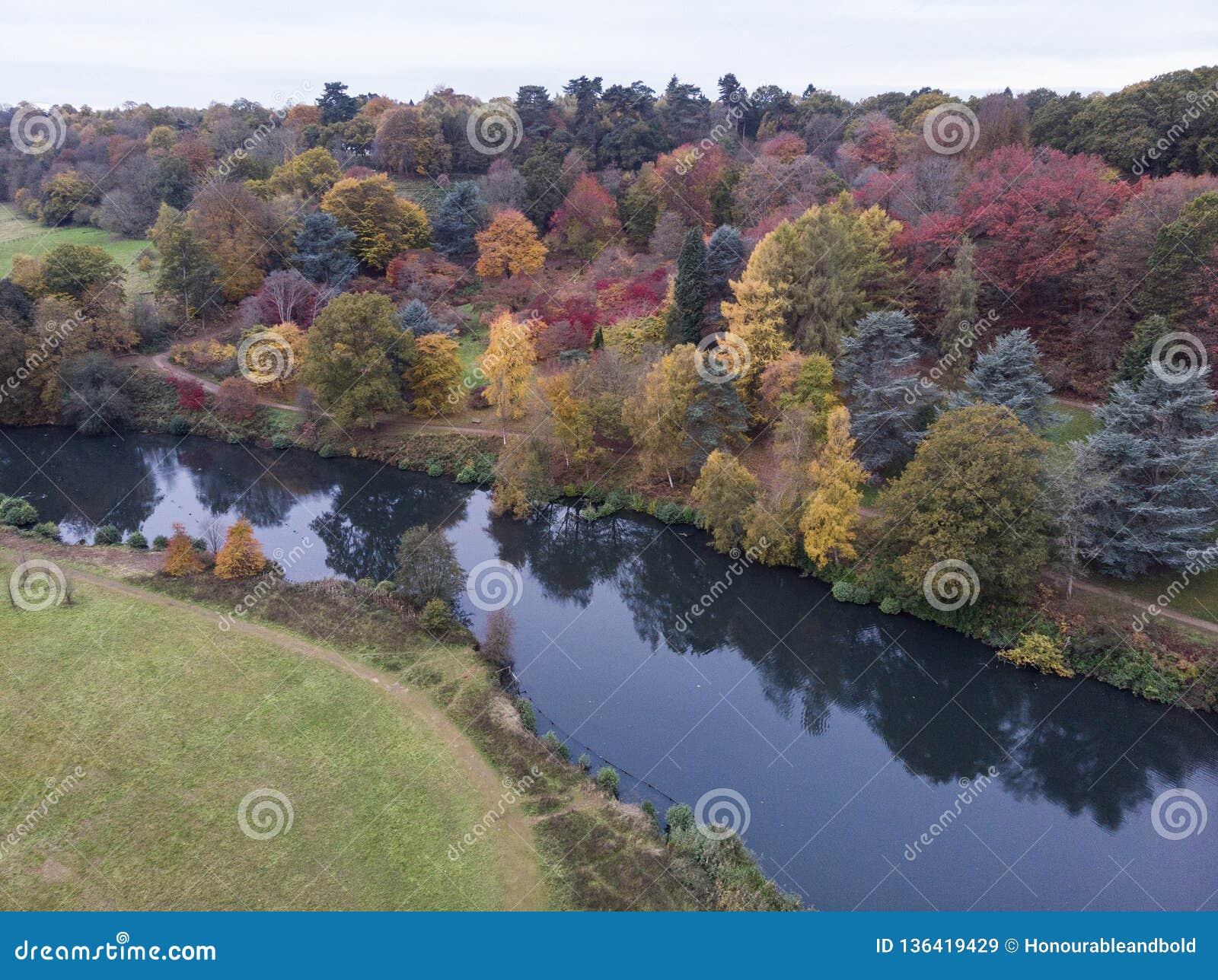 Immagine aerea del paesaggio del fuco di stordimento del paesaggio vibrante variopinto sbalorditivo della campagna di Autumn Fall