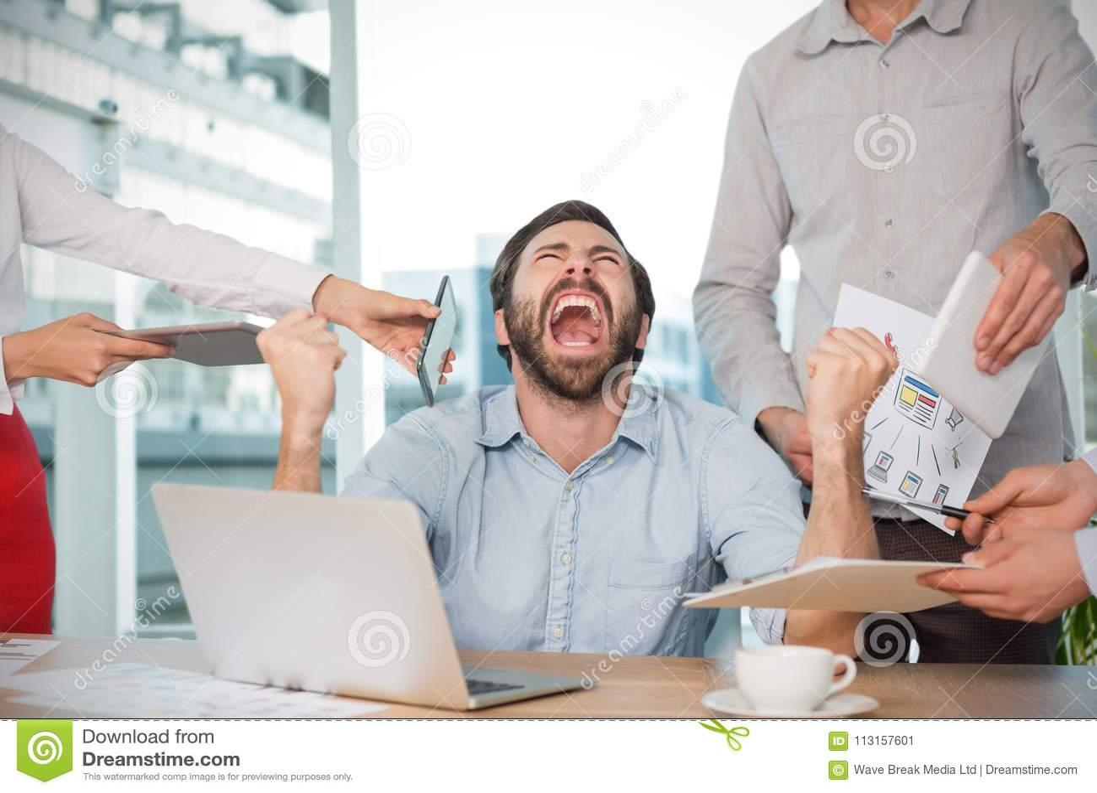 Immagine composita dei colleghi che fanno una pausa uomo d affari frustrato allo scrittorio