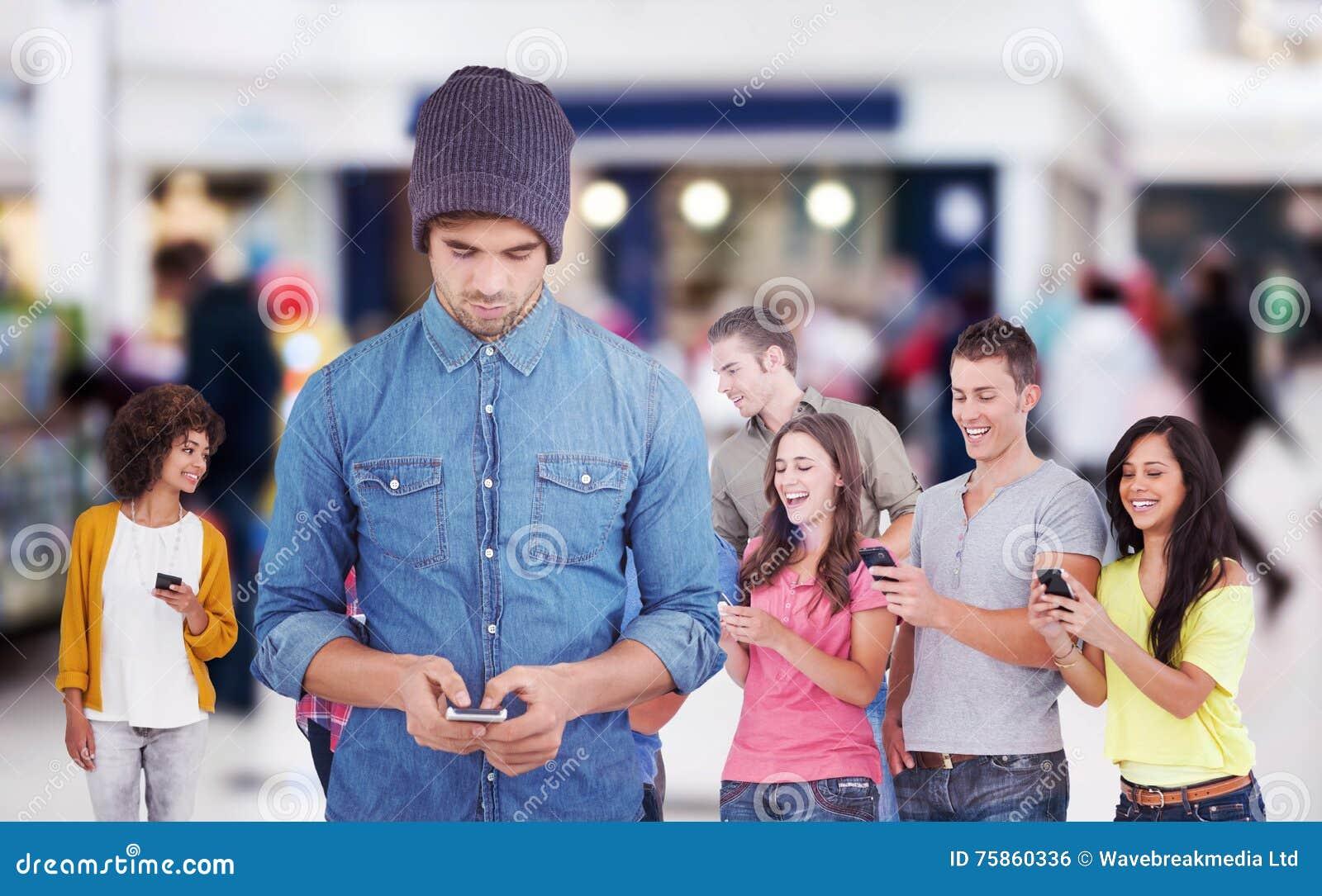 Immagine composita dei pantaloni a vita bassa che per mezzo del telefono cellulare