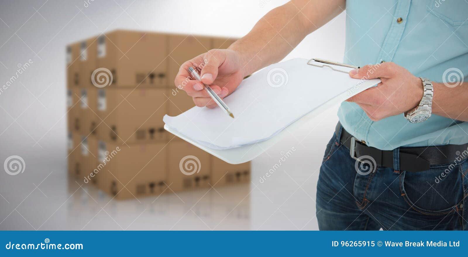 Immagine composita del fattorino con la lavagna per appunti che chiede la firma