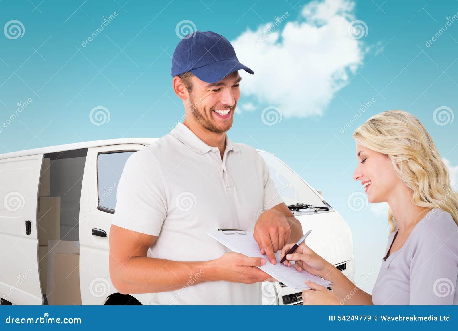 Immagine composita del fattorino felice che ottiene firma dal cliente