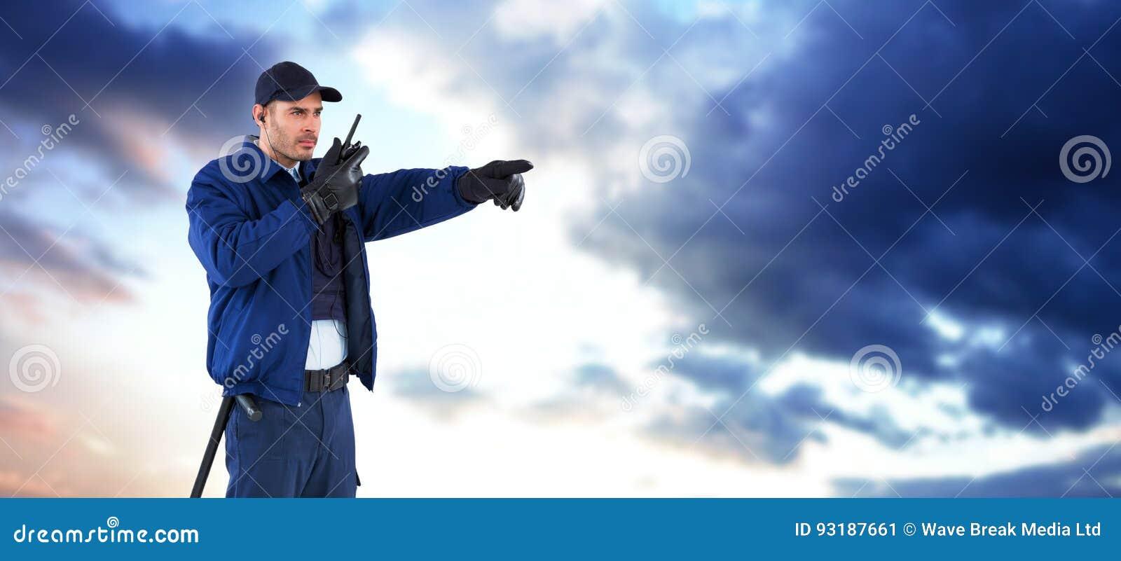 Immagine composita del funzionario di sicurezza che indica assente mentre parlando sul walkie-talkie