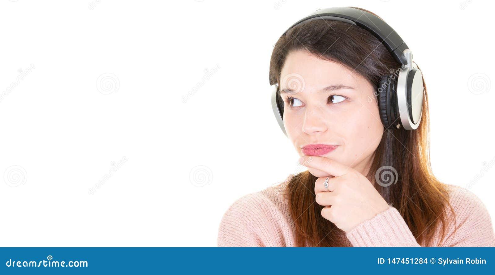 Immagine composita del ritratto della donna con la cuffia per il modello dell insegna di web