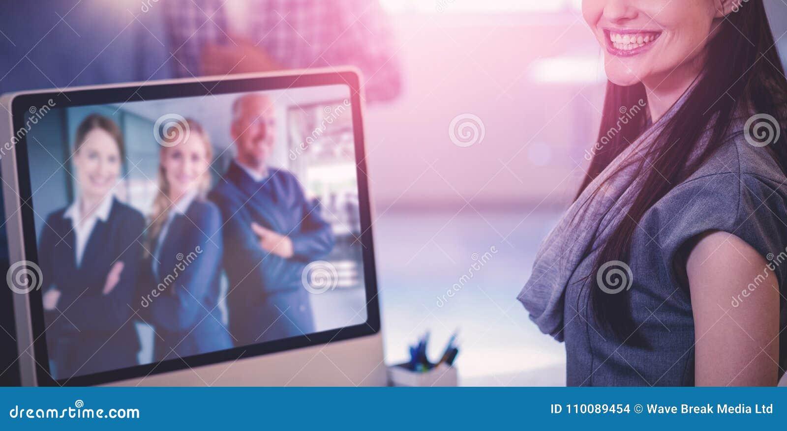 Immagine composita del ritratto della donna di affari allegra