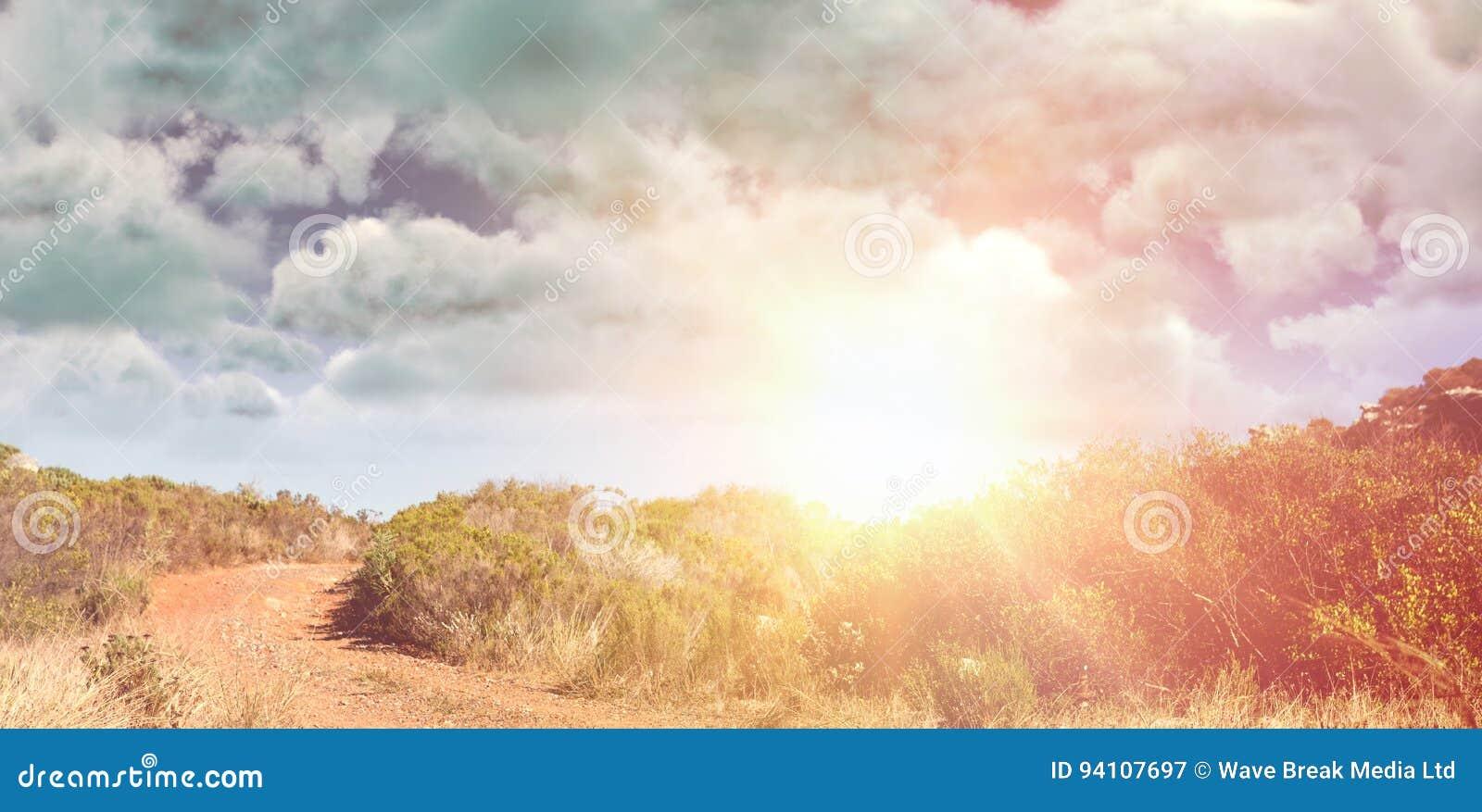 Immagine composita della vista dell annuvolamento contro il cielo