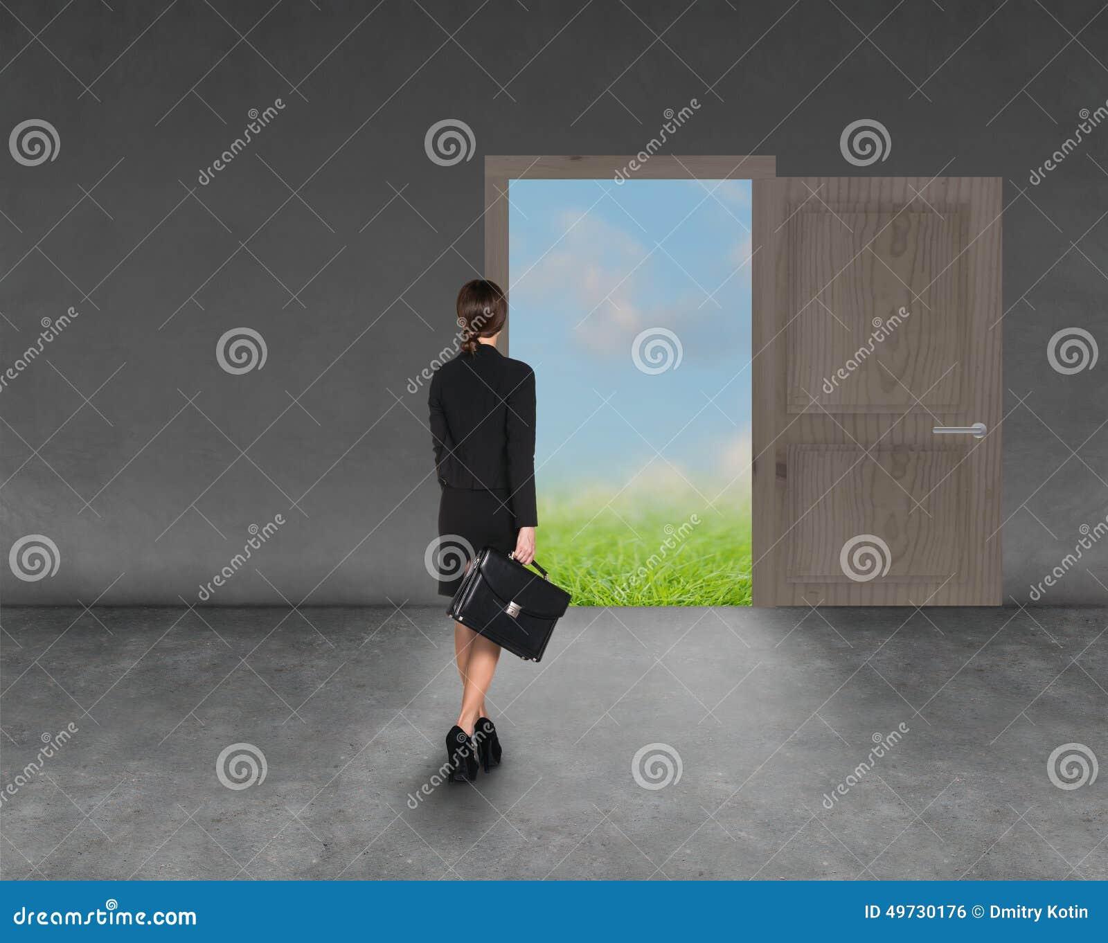 Immagine composita di allontanarsi della donna di affari