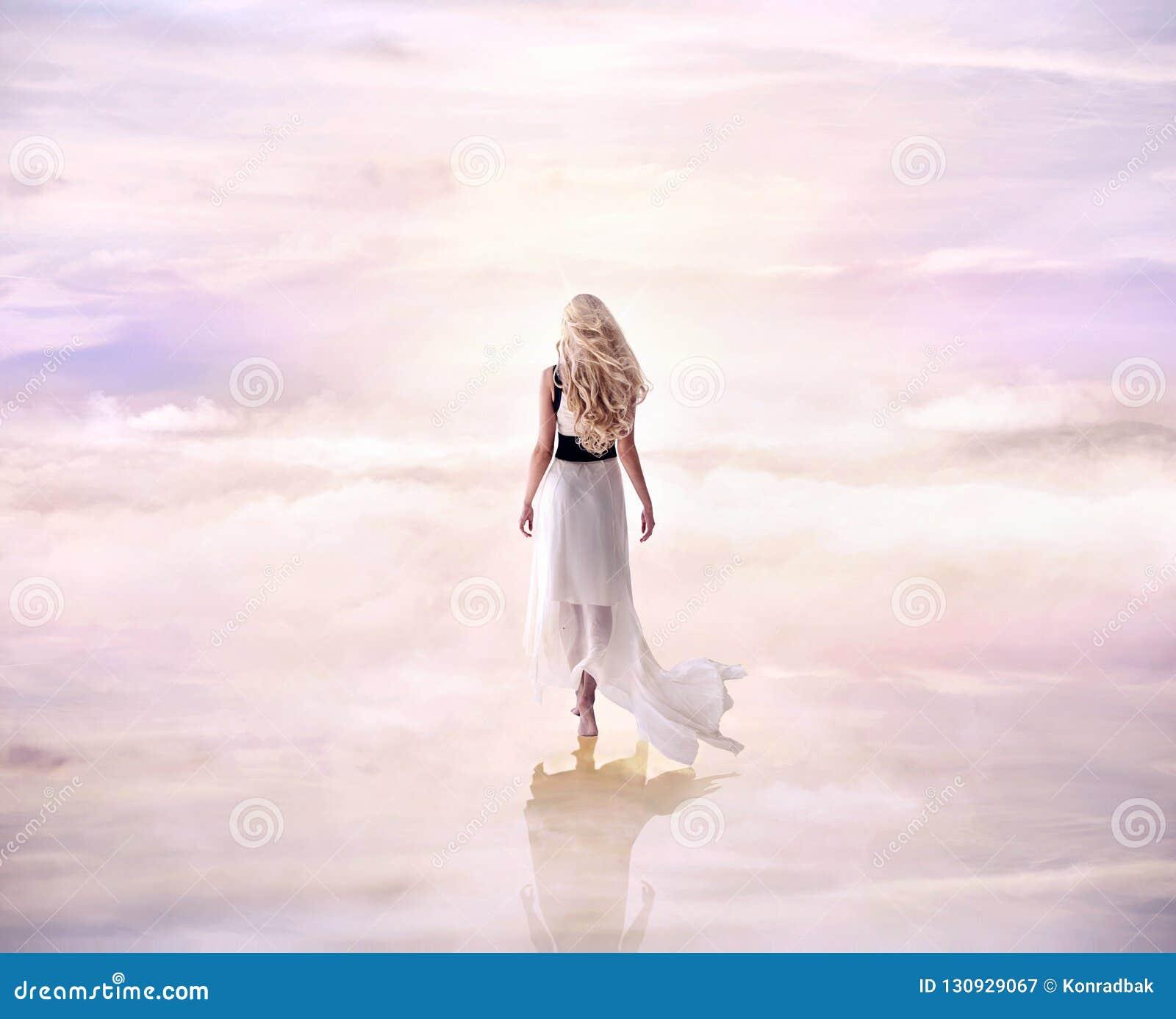 Immagine concettuale di una signora bionda che cammina sul delicato, fluf