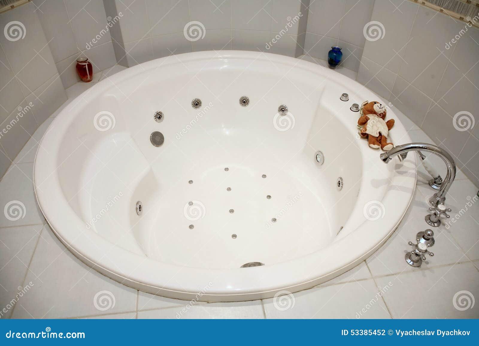 Decorazioni Bagno Bambini : Immagine del bagno bianco caldo rotondo dei bagni decorato con le