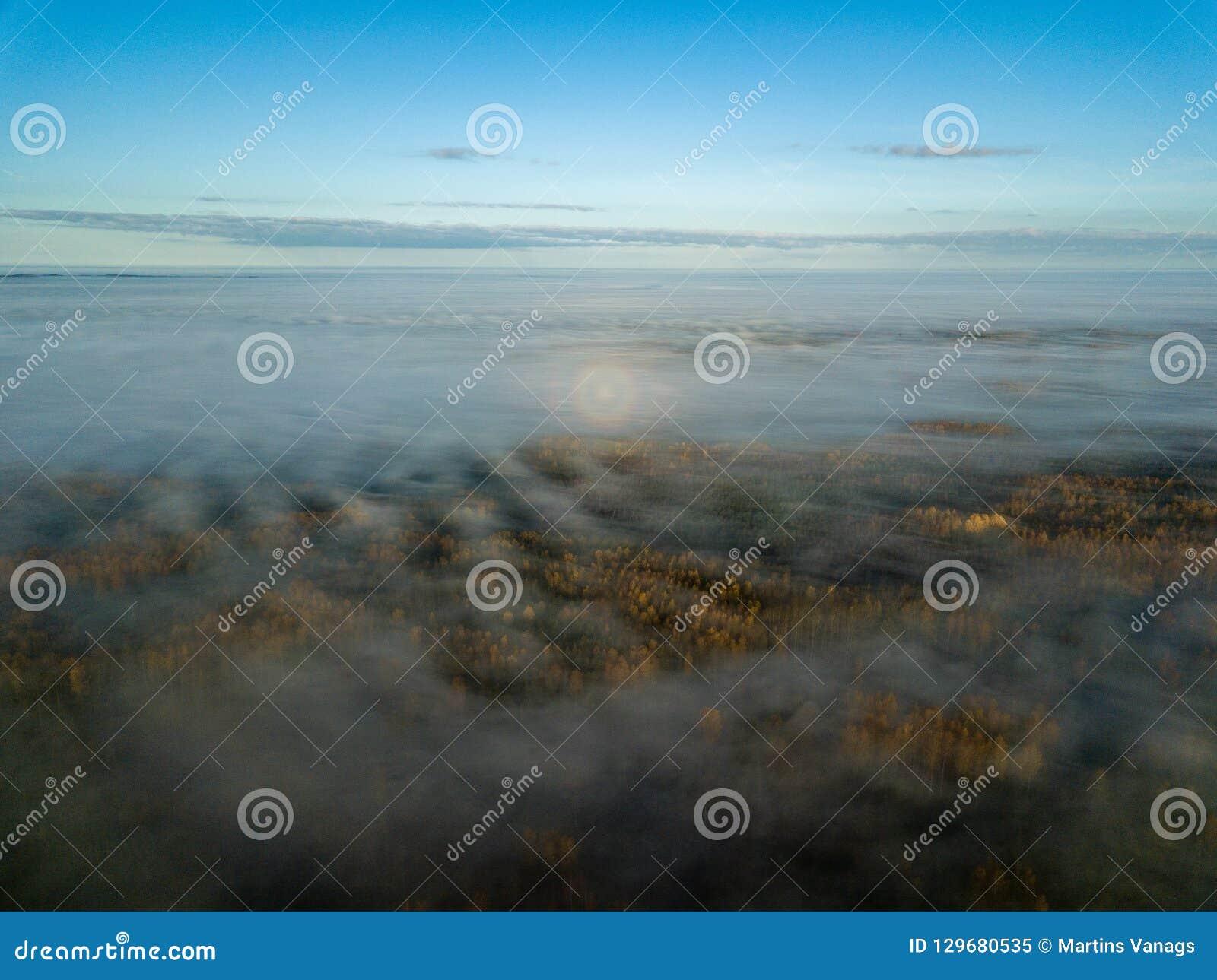 Immagine del fuco vista aerea di zona rurale con l alone del sole sopra foschia