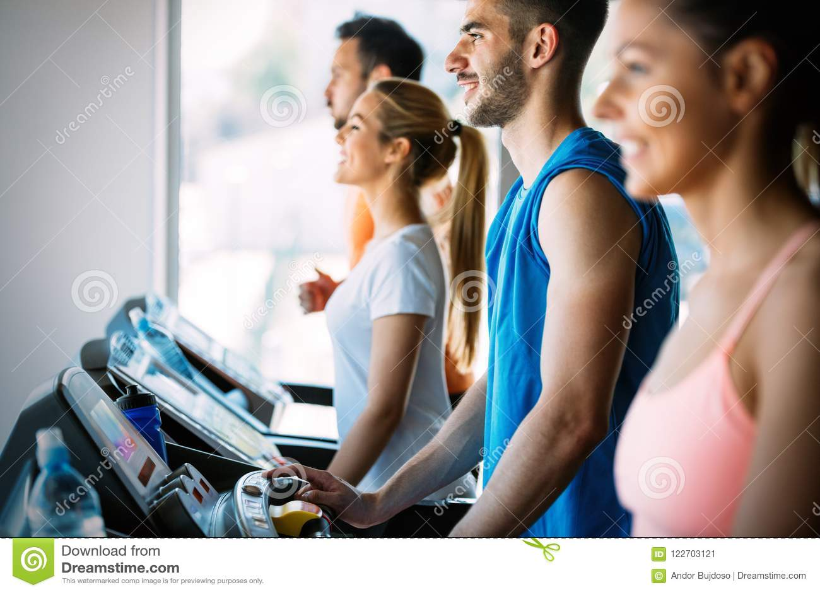Immagine del gruppo allegro di forma fisica in palestra