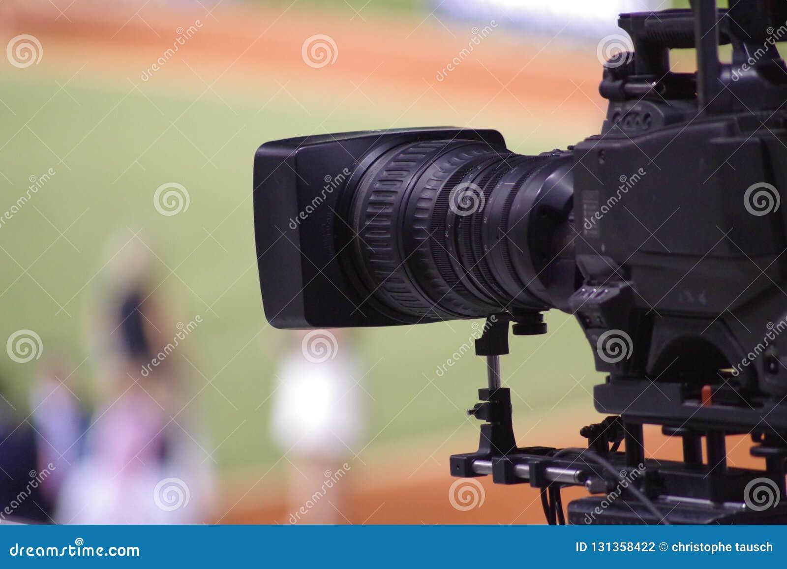 Immagine del primo piano di una cinepresa di televisione con un fondo confuso