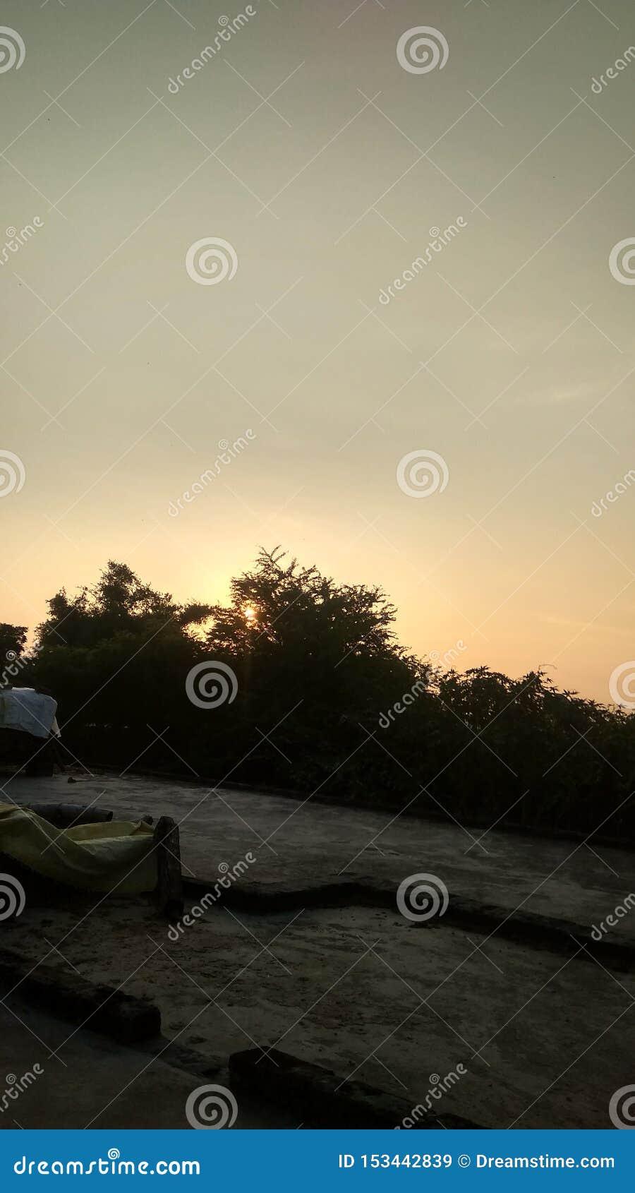 Immagine del sole che aumenta di mattina