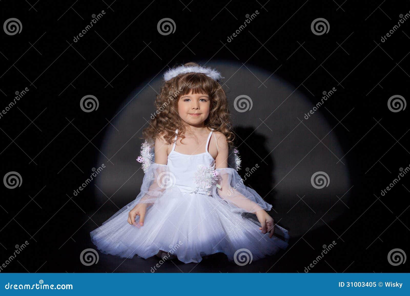 Immagine dell angelo affascinante sorridente, primo piano