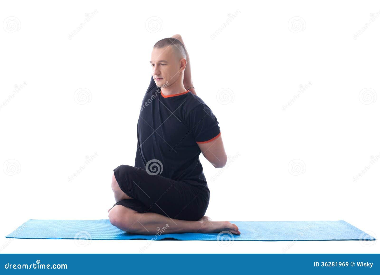 Da diritti: immagine dell istruttore di yoga che posa nello studio