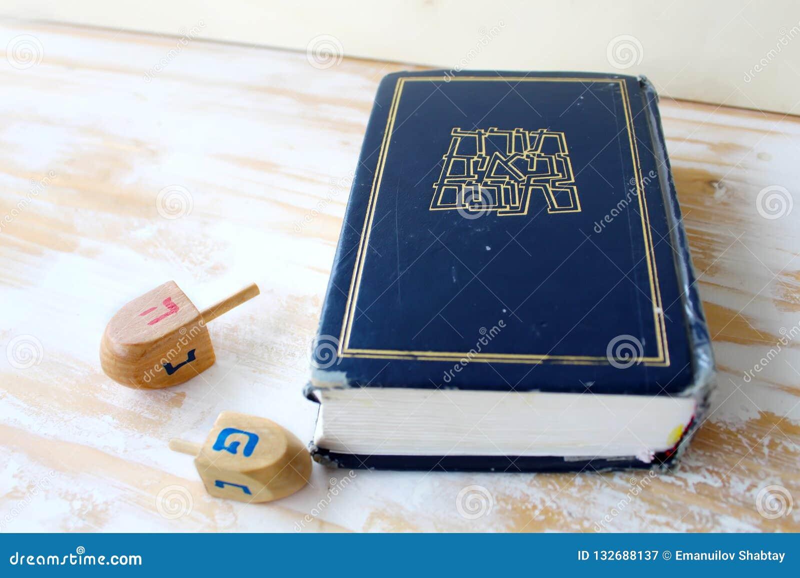 Immagine della festa ebrea Chanukah Bibbia ebraica Tanakh Torah, Neviim, Ketuvim e giocattoli di legno Chanukah, simboli dei drei