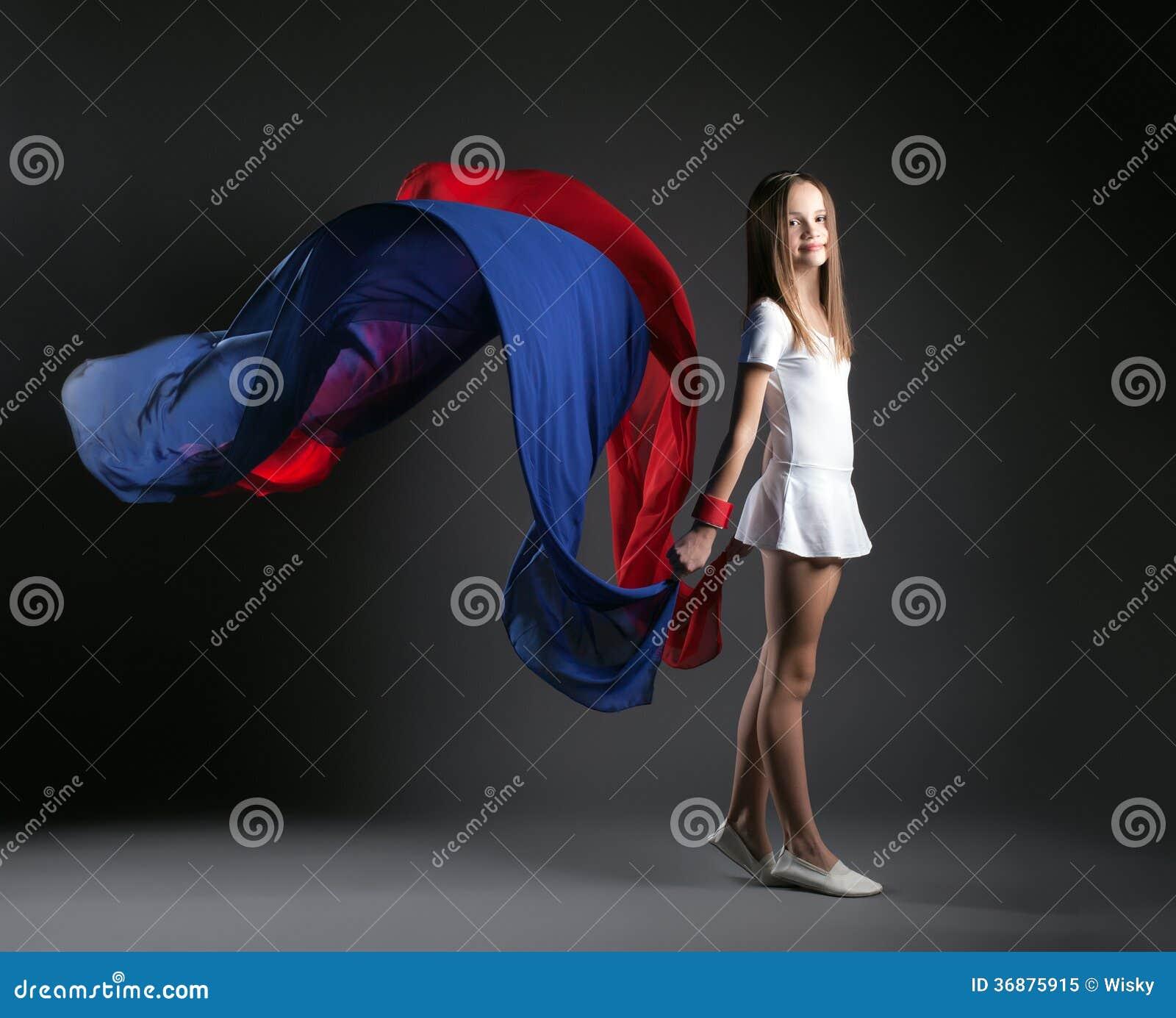 Download Immagine Della Ragazza Sorridente Che Posa Con Il Panno Variopinto Immagine Stock - Immagine di flessibile, proposta: 36875915