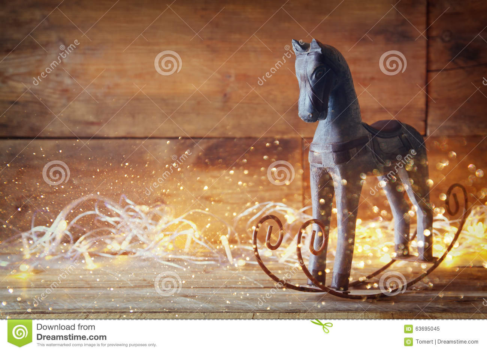 Immagine delle luci di natale di magia e del cavallo a dondolo sulla