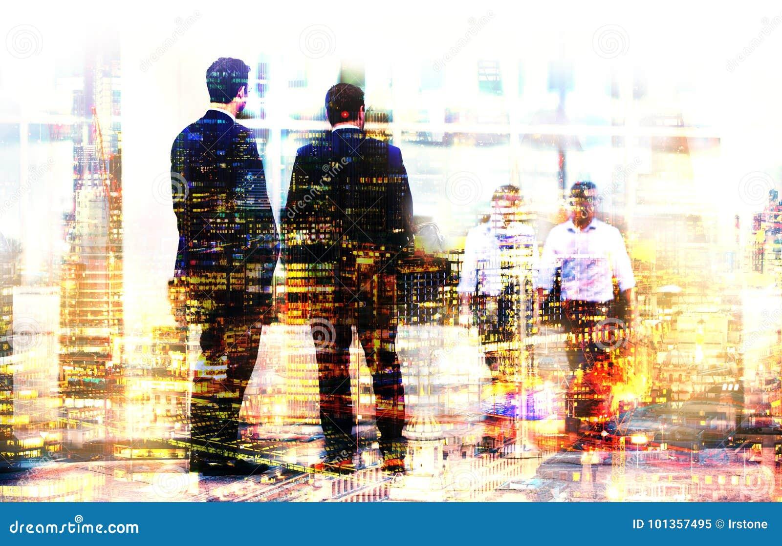Immagine di esposizione multipla della gente di camminata a Londra Illustrazione di concetto di affari