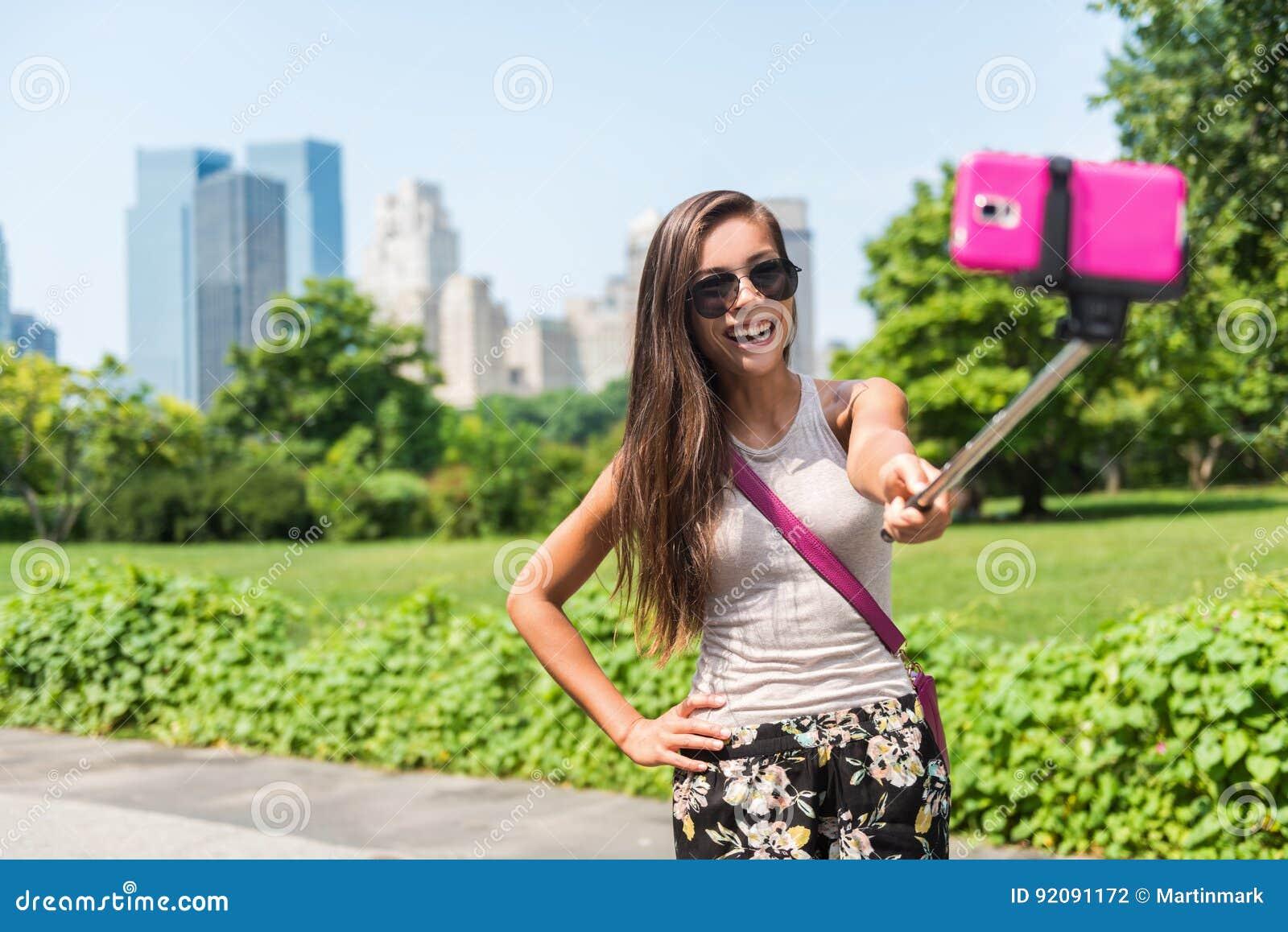 Immagine di presa turistica del bastone del selfie di viaggio felice