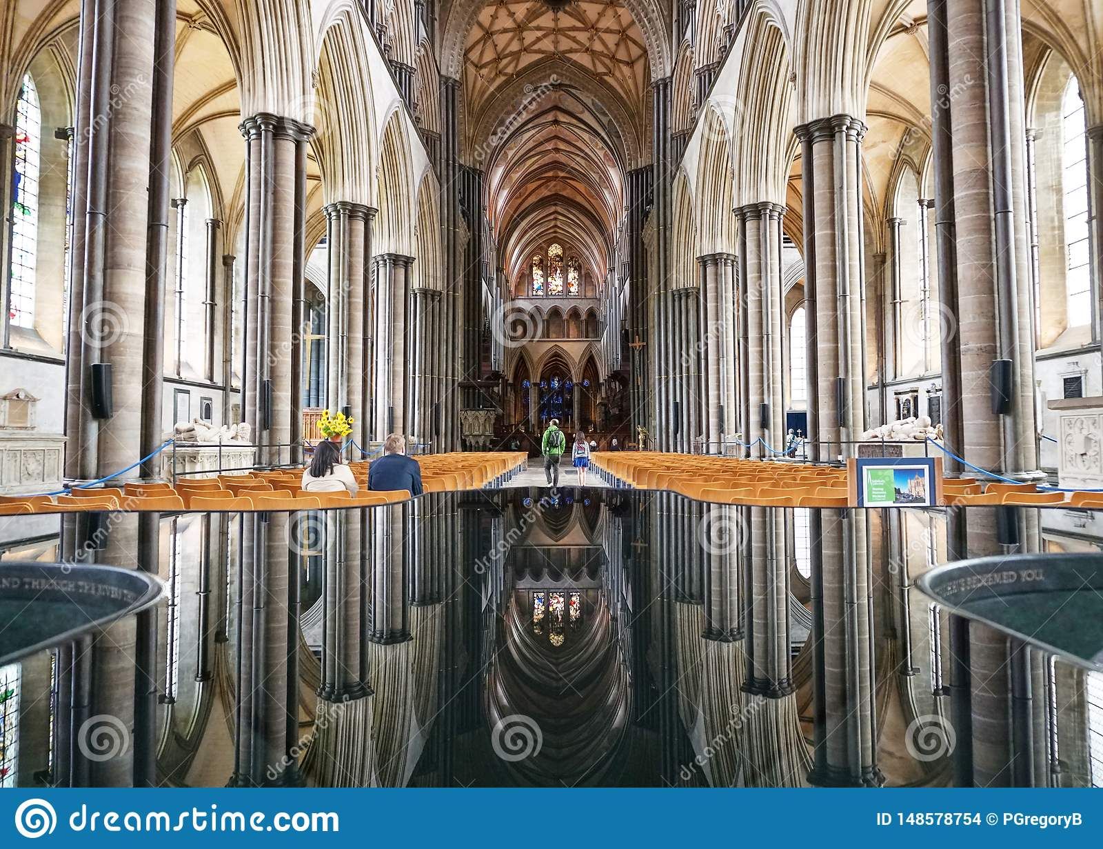 Immagine di specchio perfetta di architettura della cattedrale di Salisbury nella caratteristica dell acqua