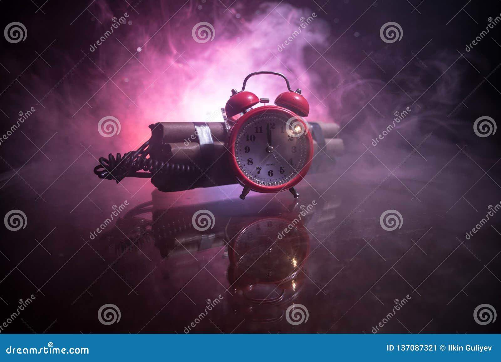 Immagine di una bomba a orologeria contro fondo scuro Temporizzatore che conta alla rovescia alla detonazione illuminata ad una l
